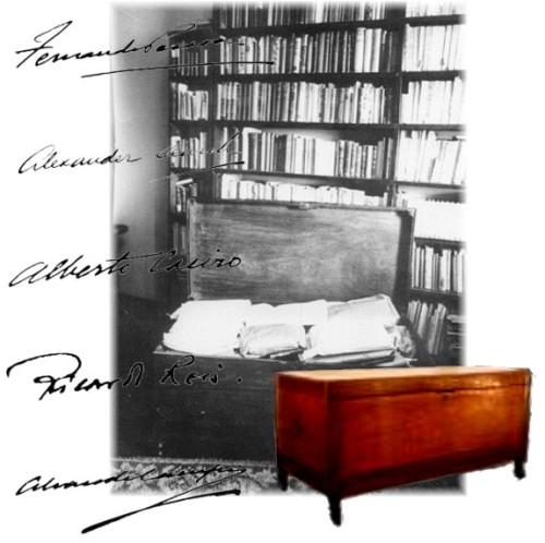 A famisa arca de Fernando Pessoa. O móvel foi vendido, recentemente, em leilão, para um admirador desconhecido, por mais de 50 mil euros. Ao fundo, a estante delivros de sua biblioteca. Sobrepus as assinaturas dos princpais heterônimos, mais a dele mesmo e a de Alxader Searh, um semi=heterônimo de sua juventude.