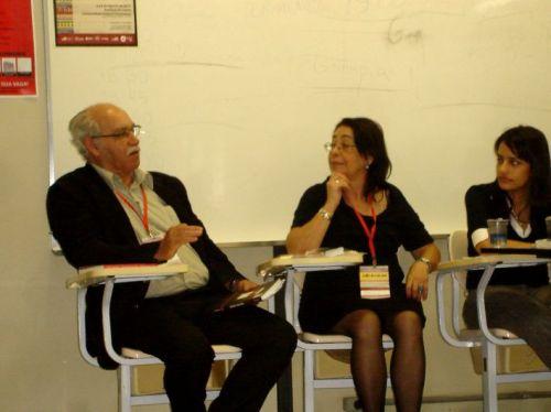 O poeta na mesa coordenada pela prof. Suely Reis Pinheiro, na qual leu poemas de sua autoria