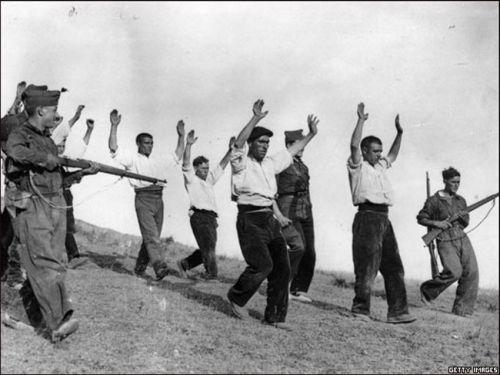 2.Soldados franquistas escoltam um grupo de soldados republicanos. O fim da contenda marcou o inicio da repressão franquista. Cerca de 500 mil refugiados cruzaram a fronteira entre a França e a Espanha no inverno de 1939.