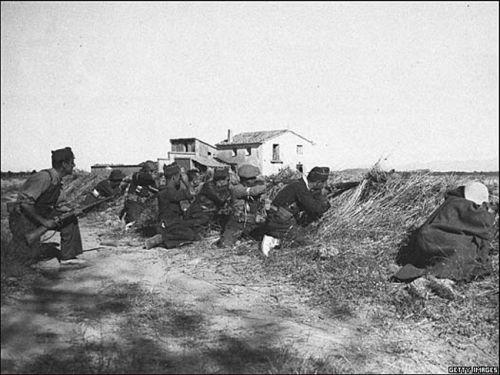 1.Combate na frente de Aragón. A Guerra Civil espanhola ocorreu entre 18 de julho de 1936 e 1º de abril de 1939 e enfrentou o governo da República Espanhola com grupos militares e de direita que terminam liderados pelo general Francisco Franco.
