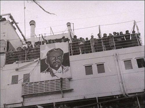 4.Imagem do presidente do Chile naquele momento, Pedro Aguirre Cerda, na coberta do Winnipeg. O velho cargueiro francês foi o barco contratado por Pablo Neruda para transportar 2.365 exilados espanhóis ao Chile. O barco foi adaptado para abrigá-los. (Foto: Biblioteca Nacional do Chile).