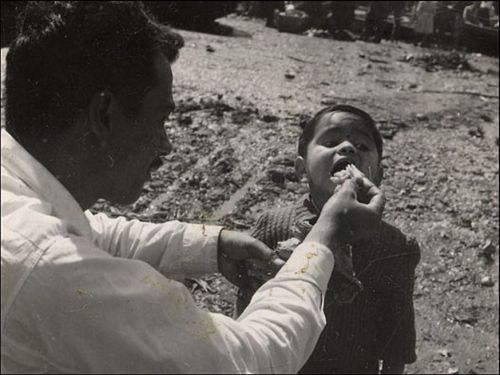8.Um homem alimenta uma criança recém desembarcada. Muitos dos passageiros eram crianças. A maioria delas começou uma vida nova no Chile e nunca voltaram a viver na Espanha. (Foto: Biblioteca Nacional do Chile).