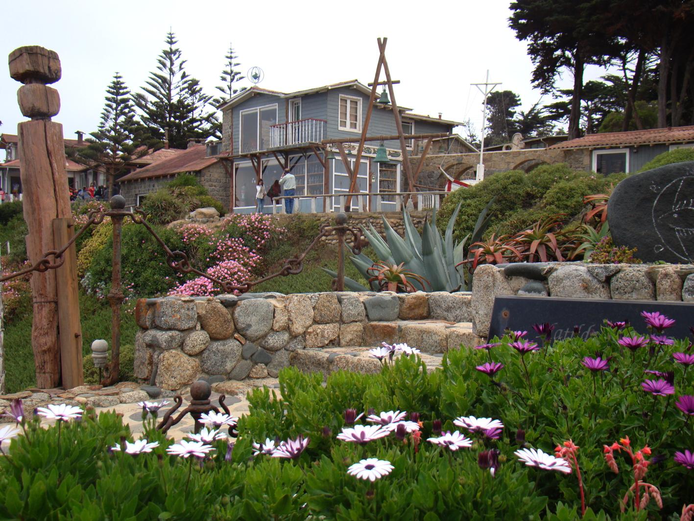 banco de jardim poesia:Da tumba do poeta e sua amada avista-se, altaneira, a casa idílica, a