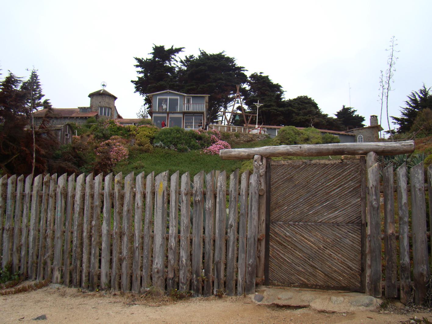 Pelo portão de madeira Neruda tinha acesso à praia e às pedras que  #256FA6 1417x1063