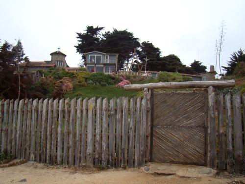Pelo portão de madeira Neruda tinha acesso à praia e às pedras que o protegiam do furor oceânico e, simultaneamente, emolduravam o mundo líquido que tanto amou. simultaneamente o l
