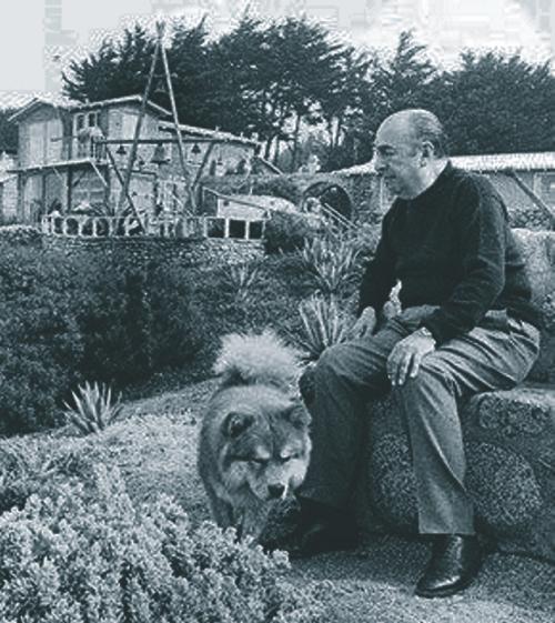 Neruda em um banco de pedra, voltado para o mar. Naquele momento ele não podia imaginar que bem à frente daquele banco seria colocado seu próprio túmulo, no qual a ele se juntaria, mais tarde, o corpo de Matilde.