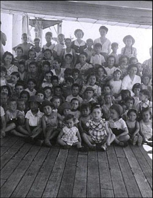 5.Um grupo de crianças na coberta do Winnipeg. A travessia desde o porto de Trompeloup, cerca de Bordeaux (França) até Valparaíso durou um mês. Durante esse tempo foram organizadas aulas para as crianças que viajavam no barco. (Foto: Biblioteca Nacional do Chile).