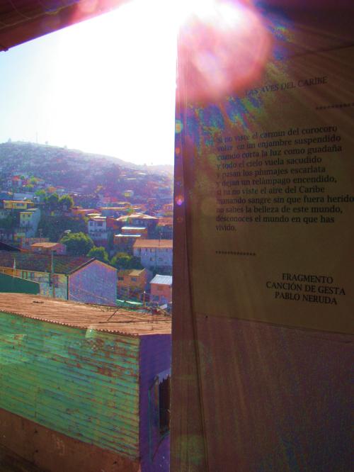 Desta pequena janela, acima de sua mesa de trabalho, Neruda admirava o por de sol. Na parede, uma parte de sue poema Aves do Caribe.