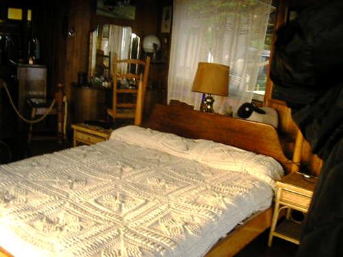 Cama de Neruda, onde ele passou seus últimos dias de Isla Negra. Sobre a cabeceira, a ovelhinha de pano comprada na França, que lhe recordava a infância